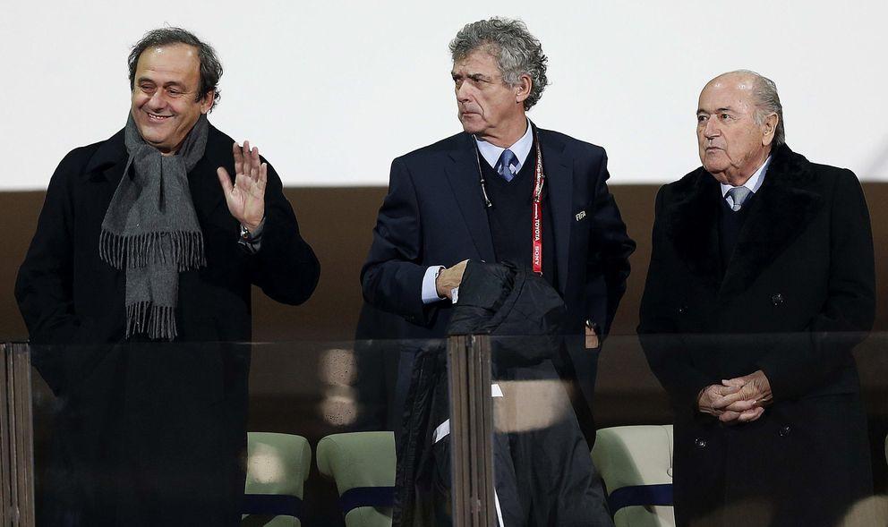 Foto: Ángel María Villar, entre Joseph Blatter y Michel Platini (EFE)