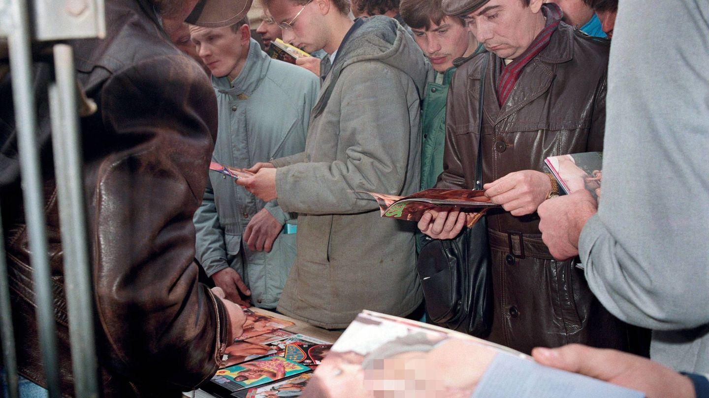 Mercadillo de revistas porno en Dresde, 1988. (Cordon Press)