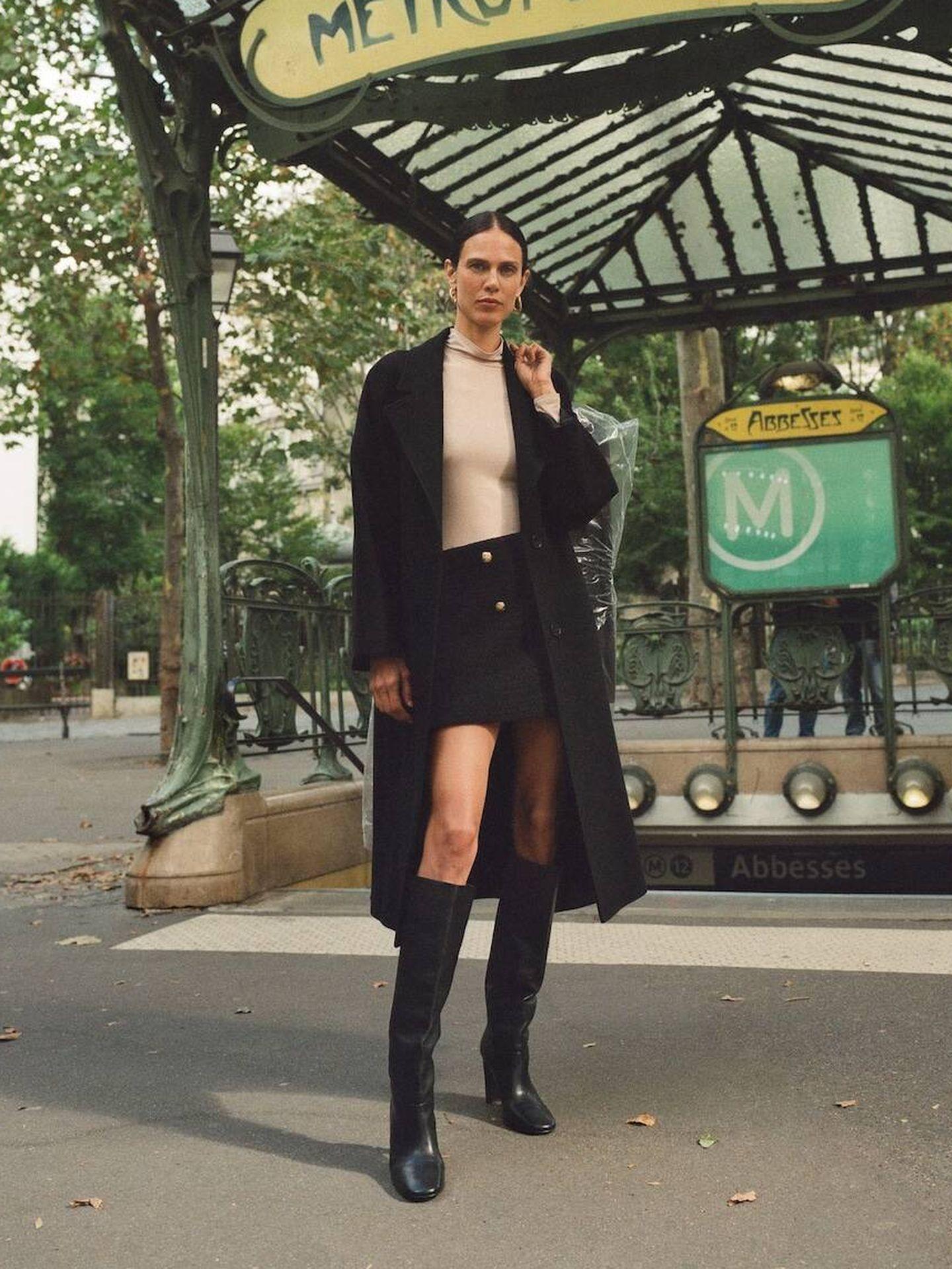 Look de otoño de Mango con minifalda y botas altas. (Cortesía)