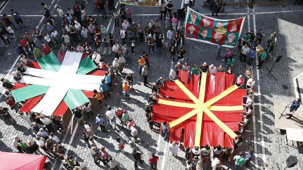 Foto: Mosaicos de la ikurriña y la bandera de Navarra en apoyo a los encausados por colocar la enseña vasca en los Sanfermines de 2013. (EFE)