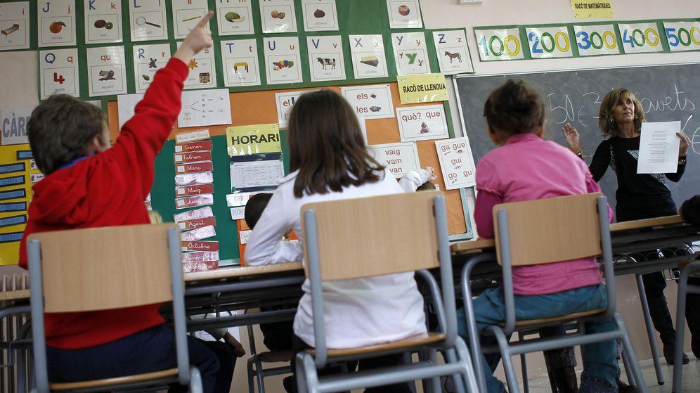 Foto: Una profesora y sus alumnos. (Reuters)