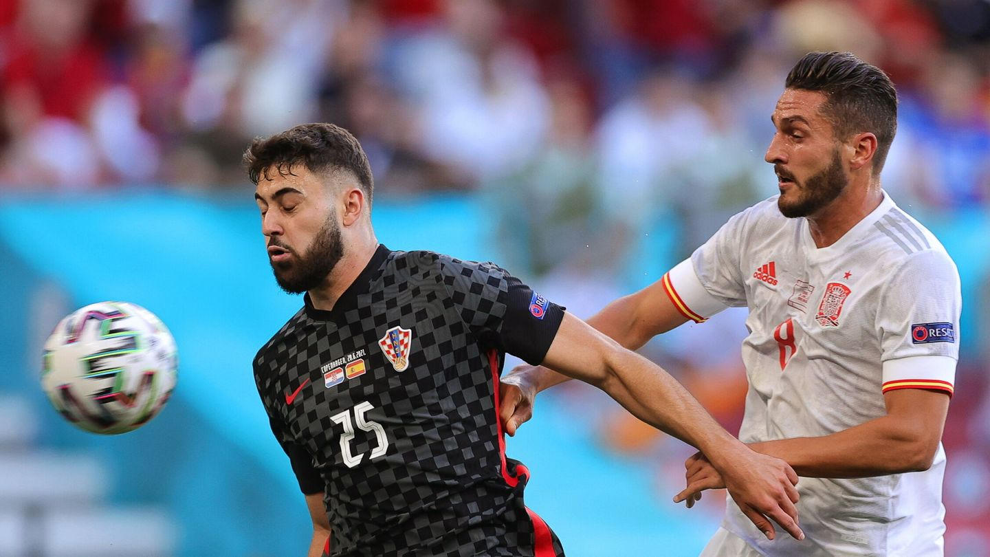 Copenhagen (Denmark), 28 06 2021.- Josko Gvardiol (L) of Croatia in action against Koke (R) of Spain during the UEFA EURO 2020 round of 16 soccer match between Croatia and Spain in Copenhagen, Denmark, 28 June 2021. (Croacia, Dinamarca, España, Copenhague) EFE EPA Friedemann Vogel   POOL (RESTRICTIONS: For editorial news reporting purposes only. Images must appear as still images and must not emulate match action video footage. Photographs published in online publications shall have an interval of at least 20 seconds between the posting.)
