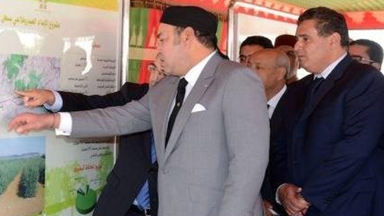 El rey Mohamed VI y, detrás, Aziz Akhnnouch, ministro de Agricultura y Pesca. (MAD)