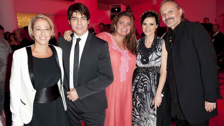 Miguel Bosé, Laura Pausini y su marido, Sandra García-Sanjuan (creadora de Starlite) y una amiga