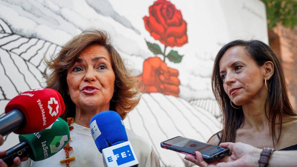 Foto: La secretaria de Igualdad de la Ejecutiva Federal y vicepresidenta del Gobierno en funciones, Carmen Calvo, acompañada de la presidenta de la fundación Betariz Corredor. (EFE)
