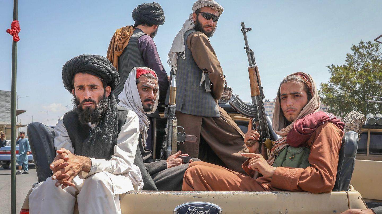 Talibanes en un vehículo por las calles de Kabul (EFE)