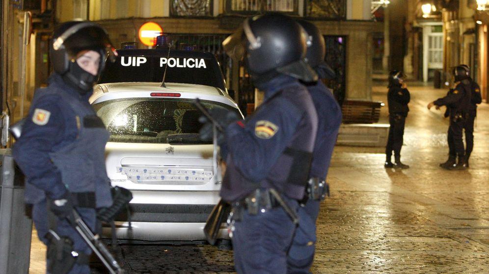 Foto: Agentes del Cuerpo Nacional de Policía en Bilbao. (EFE)