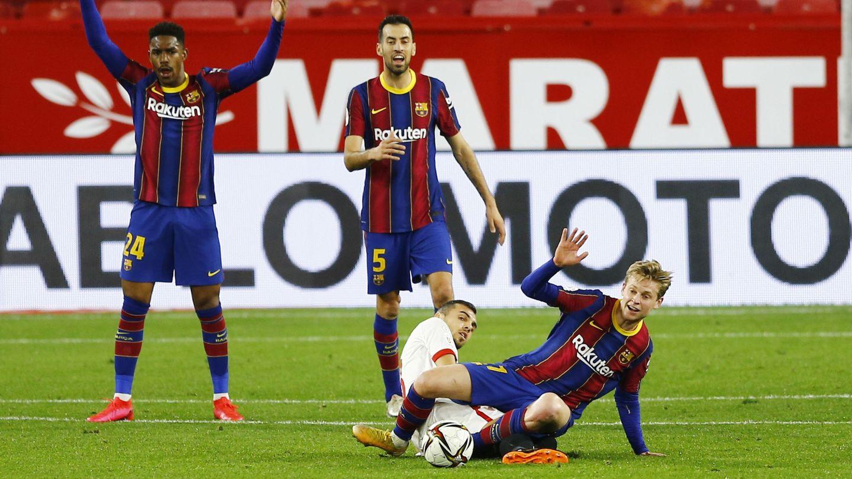 Frenkie de Jong recupera un balón frente al Sevilla en un partido de Liga. (Reuters)