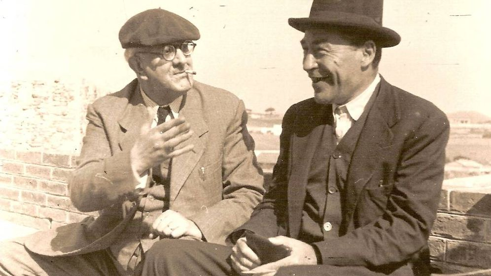 Foto: Los escritores catalanes Manuel Brunet y Josep Pla (d).