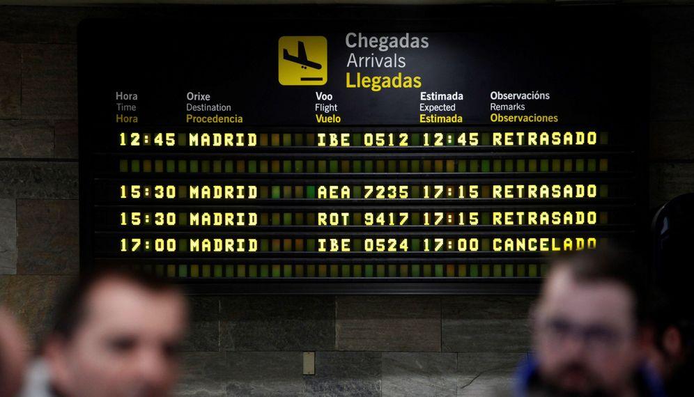 Foto: Miles de pasajeros, afectados por el cierre de una pista en Barajas. (EFE)