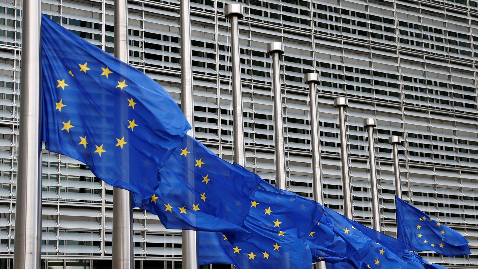 Foto: Banderas de la UE ondean a media asta por las víctimas de Niza. (Reuters)