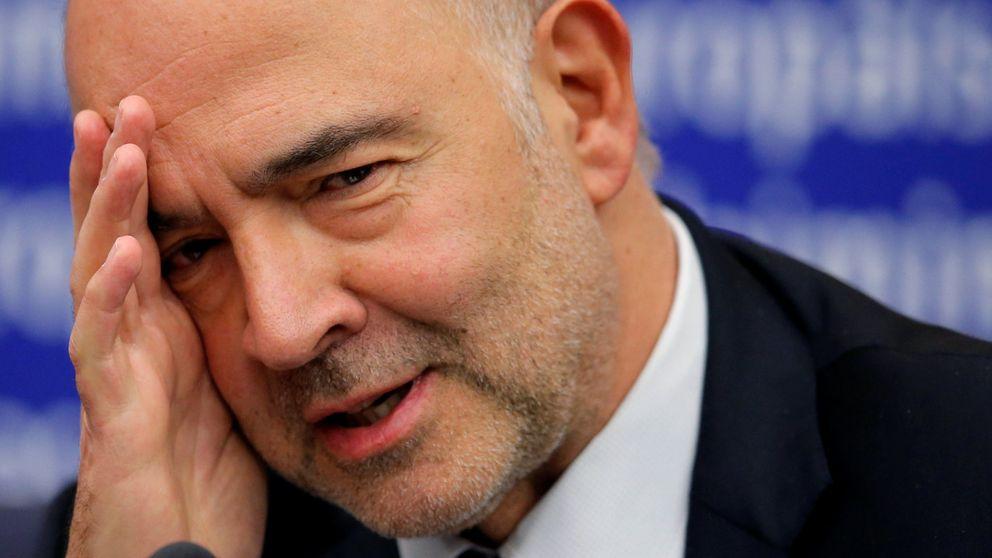 Un eurodiputado italiano de la Lega Nord 'pisa' los papeles de Moscovici con su zapato
