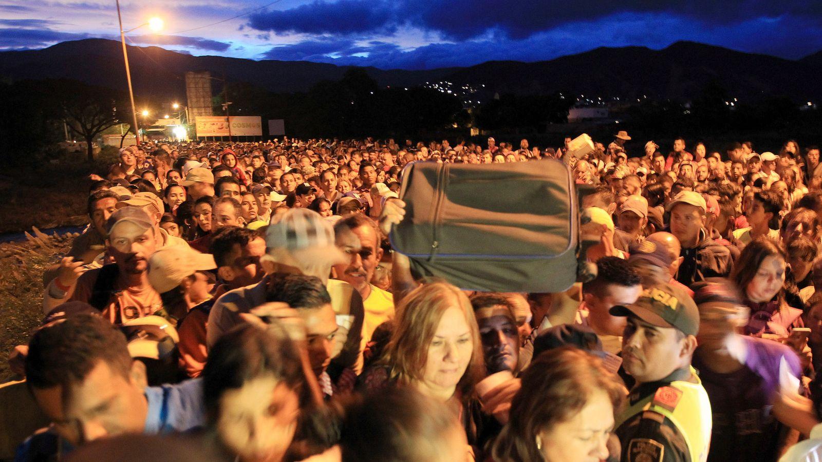 Foto: Miles de venezolanos aguardaron toda la noche para cruzar la frontera hacia Colombia. (EFE)