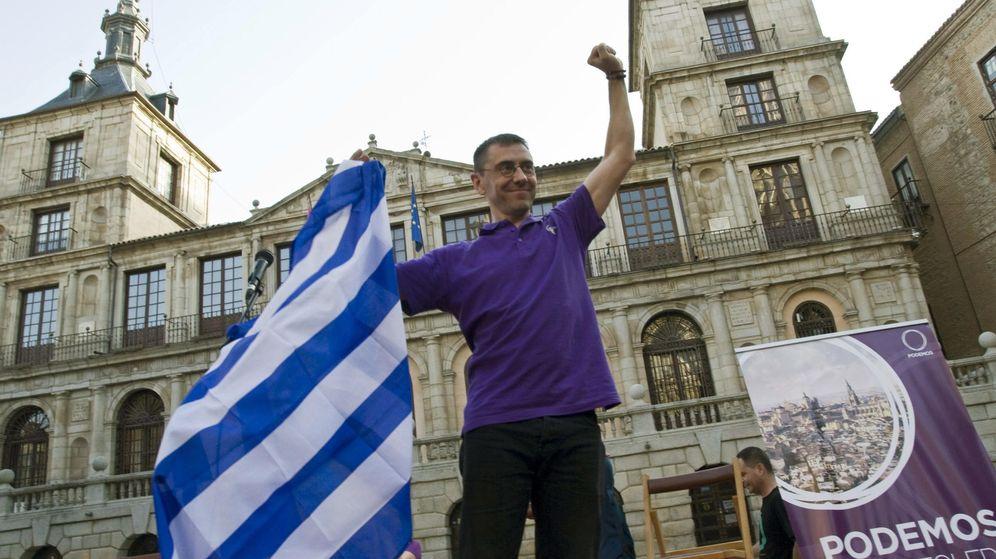 Foto: El fundador de Podemos, Juan Carlos Monedero, sostiene un bandera griega en Toledo. (Efe)