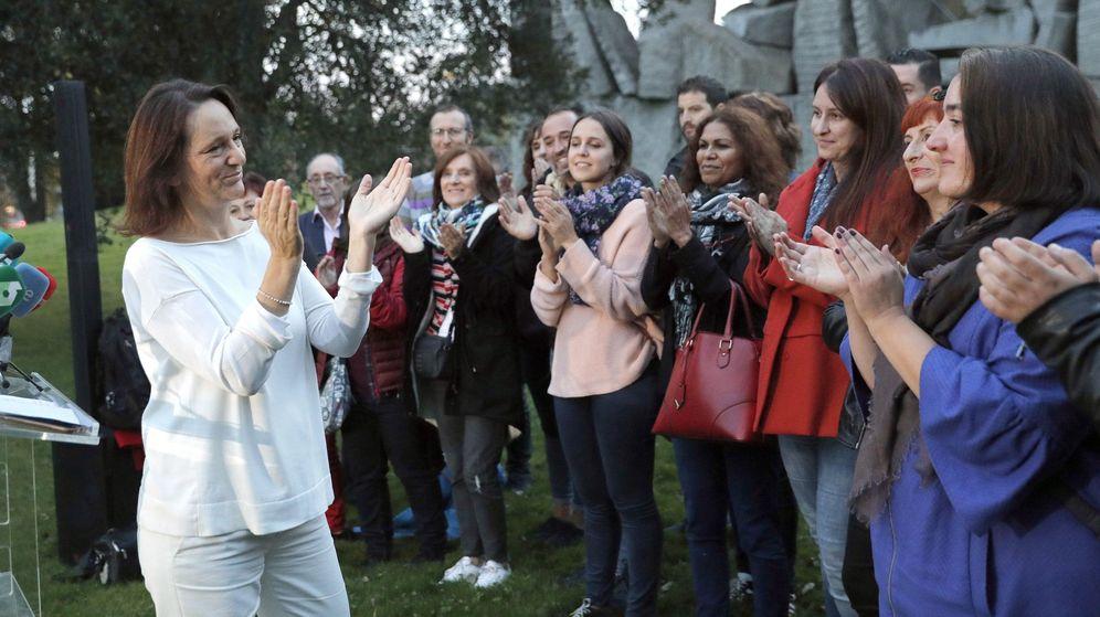 Foto: La candidata Carlolina Bescansa agradece a su equipo el trabajo antes de anunciar los resultados del proceso de primarias. (EFE)