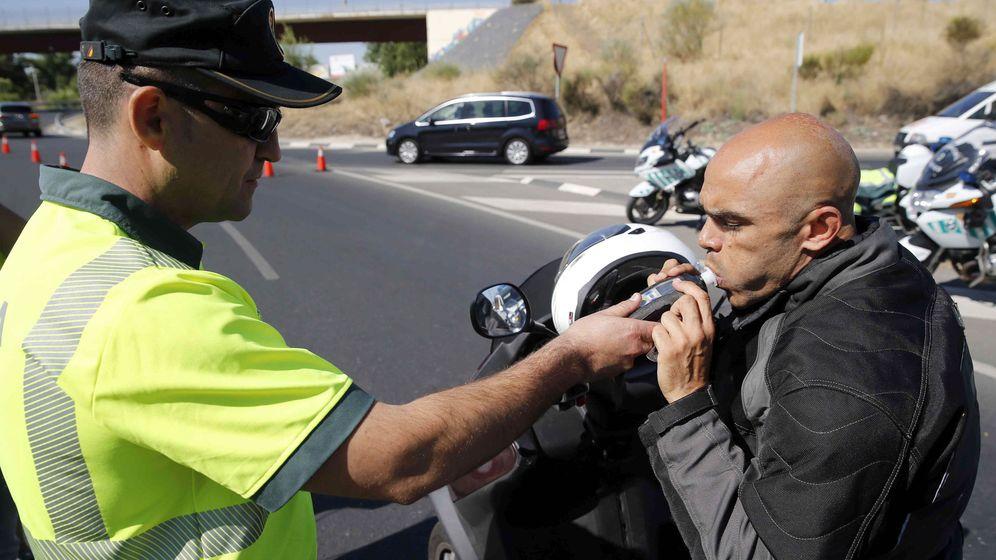 Foto: Un conductor realiza una prueba de alcoholemia. Foto: EFE Mariscal
