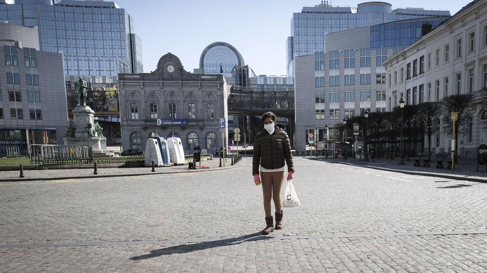 Foto: Una mujer camina por la Plaza Luxemburgo de Bruselas. (EFE)