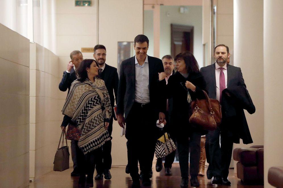 Foto: Pedro Sánchez, flanqueado por Adriana Lastra, Cristina Narbona y José Luis Ábalos, este 6 de febrero llegando a la reunión del grupo. (EFE)