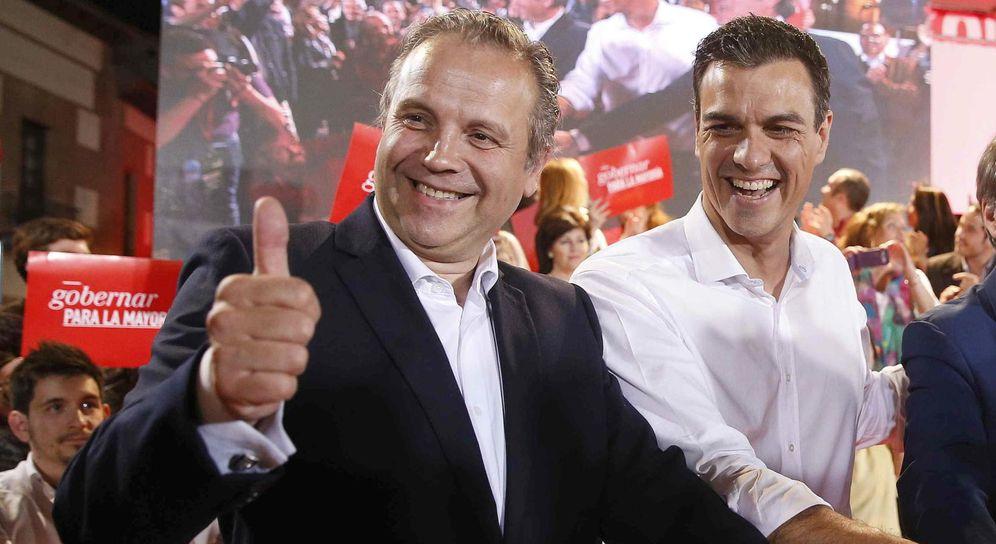Foto: Antonio Miguel Carmona junto al secretario general del PSOE, Pedro Sánchez (EFE)