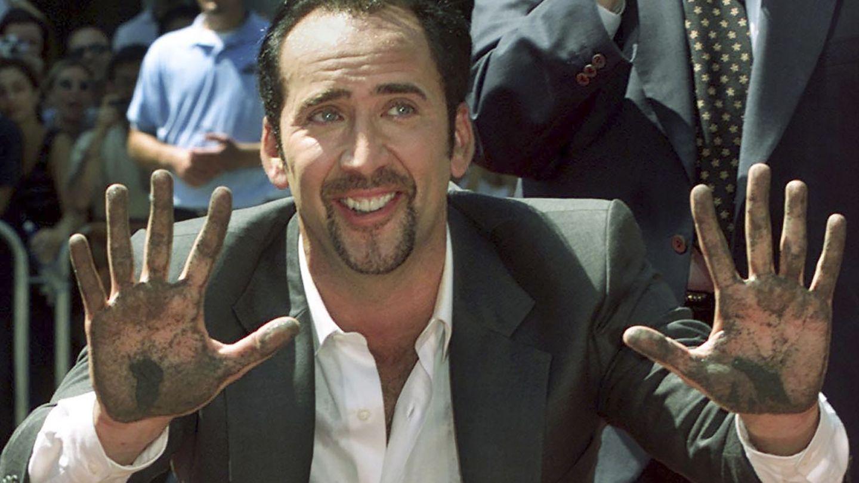 Cage, dejando sus huellas en el mítico Teatro Chino de Hollywood Boulevard. (Reuters)