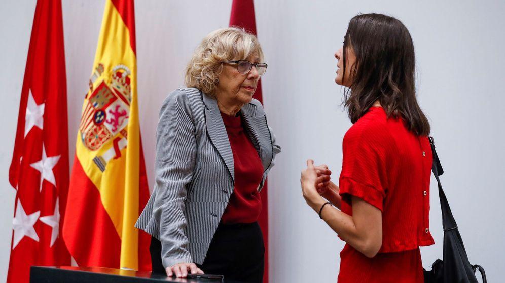 Foto: La alcaldesa Manuela Carmena (i) conversa con la portavoz del Ayuntamiento de Madrid, Rita Maestre (d). (EFE)