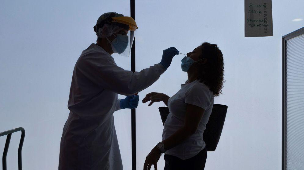 Foto: Un enfermero de urgencias del 061 realiza los test PCR en la sede del 061 en Zaragoza (EFE)