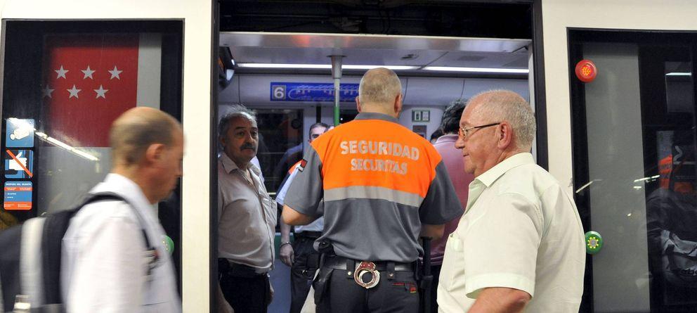 Foto: Vigilante de seguridad privada en el Metro de Madrid.