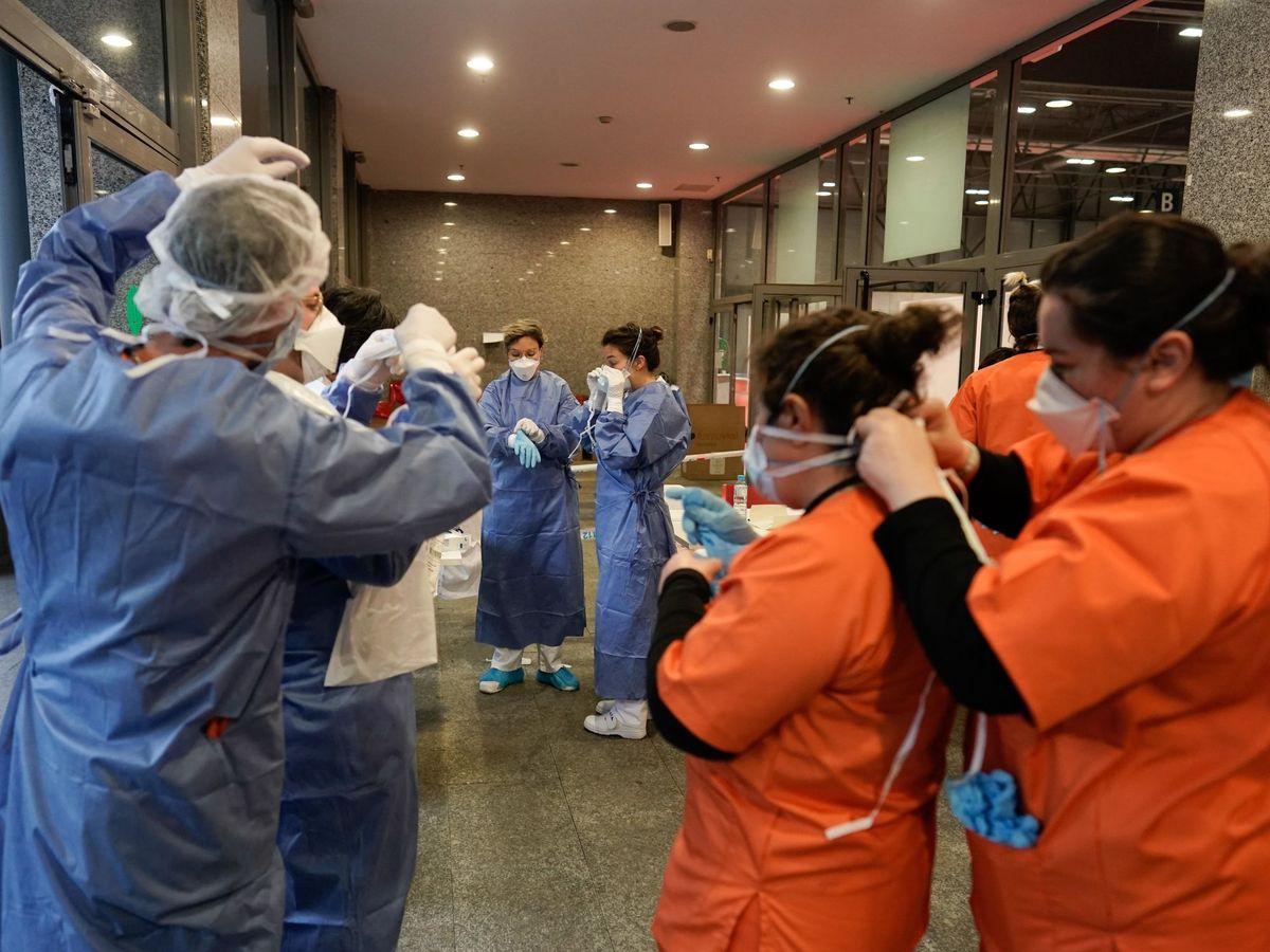 Foto: Personal sanitario se prepara para atender a los pacientes de Ifema. (EFE)