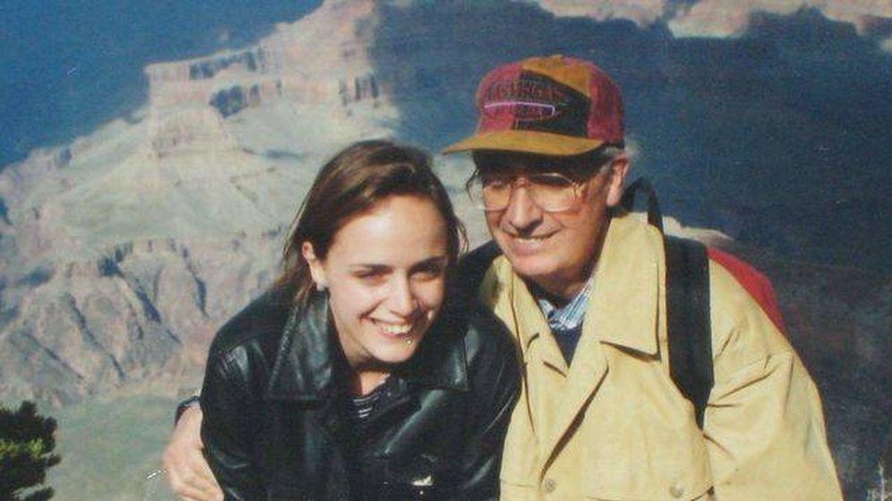 Foto: Carmen Cordón con su padre, Publio Cordón, en los 90. (Archivo familiar)