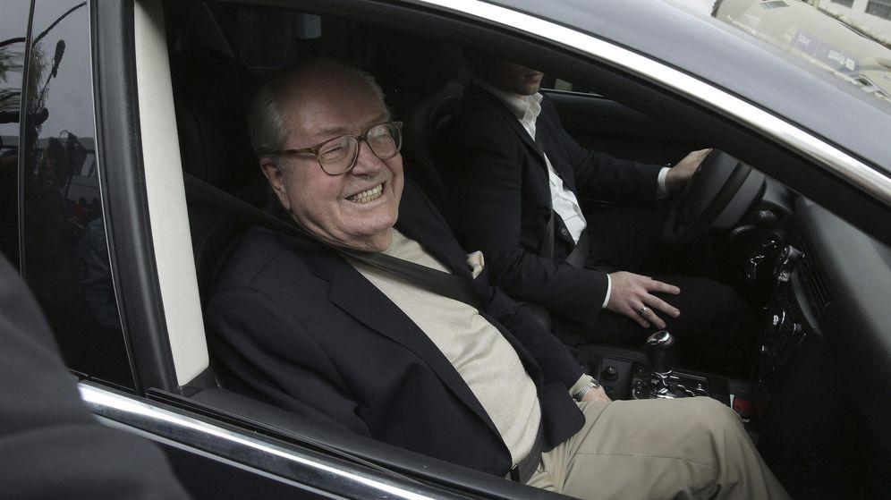 Foto: El fundador y presidente de honor del Frente Nacional, Jean-Marie Le Pen sonríe a los medios al abandonar la sede del partido (EFE)
