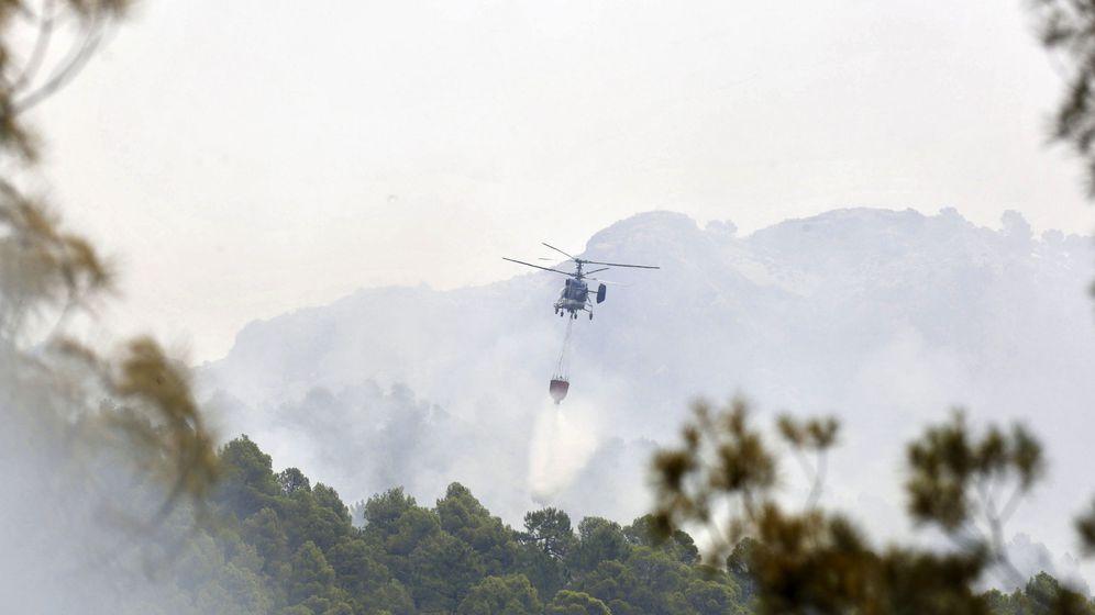 Foto: Un helicóptero lanza agua sobre el incendio de Yeste (Albacete). (EFE)