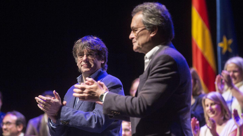 El presidente de la Generalitat, Carles Puigdemont (i), y el líder del PDeCAT, Artur Mas (d). (EFE)