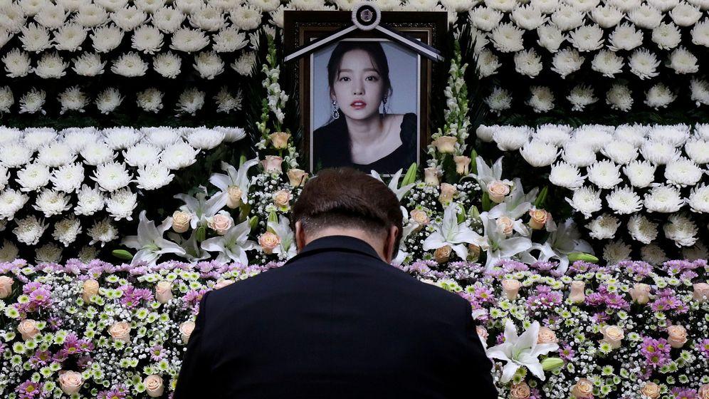 Foto: Un altar en honor a la cantante Goo Hara. (Reuters)