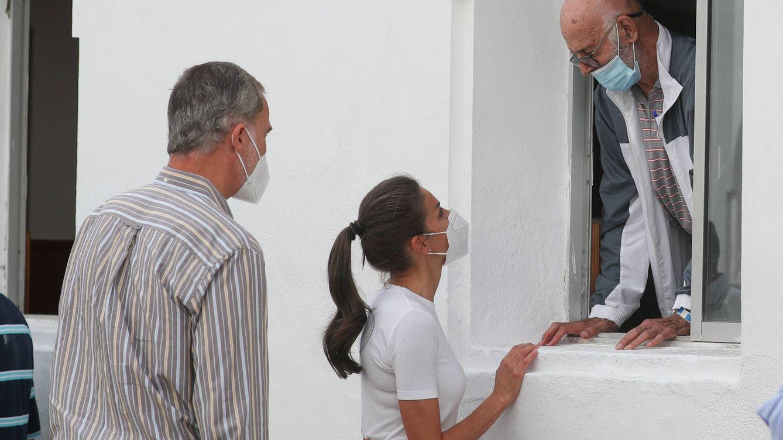 Los reyes Felipe y Letizia, con los afectados por el volcán de La Palma