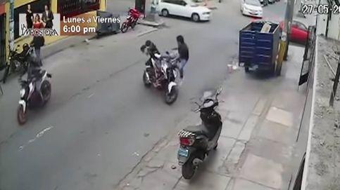 Una patada voladora para evitar que le roben la moto delante de sus narices