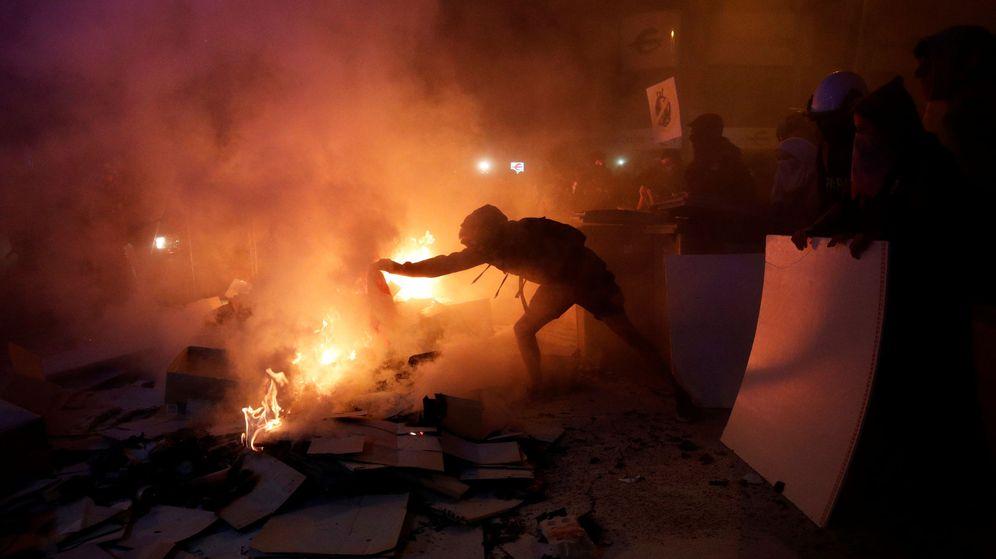 Foto: Un manifestante monta una barricada. (Reuters)