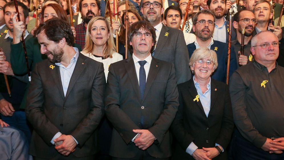Foto: El expresidente de la Generalitat Carles Puigdemont (c) y los 200 alcaldes independentistas que participaron en un acto celebrado en Bruselas. (EFE)