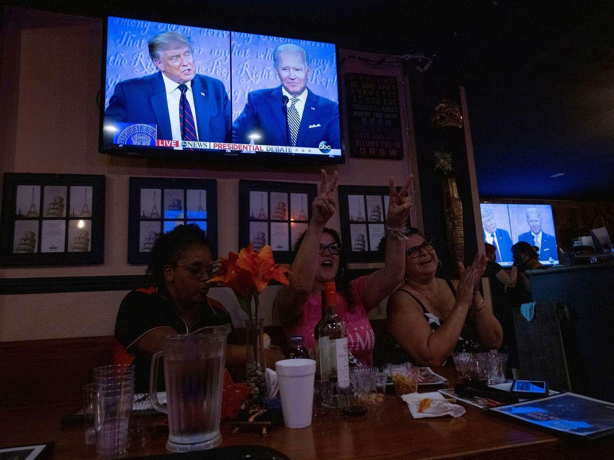 Foto: Un grupo de mujeres de California (EEUU) ven el debate entre Trump y Biden, celebrado ayer. (Reuters)