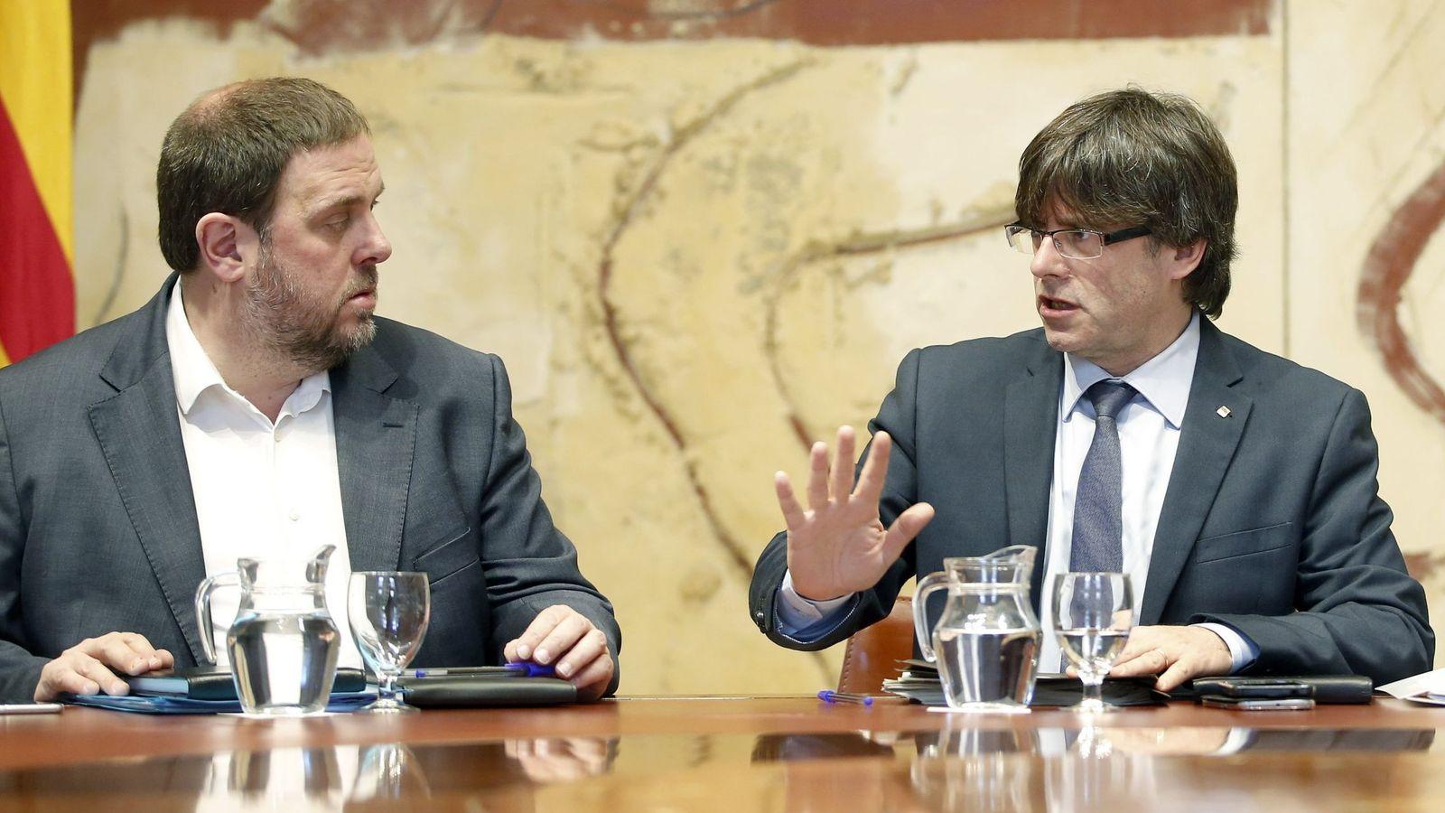 Foto: Fotografía de archivo del expresidente de la Generalitat Carles Puigdemont (d) y el exvicepresidente del Govern Oriol Junqueras. (EFE)