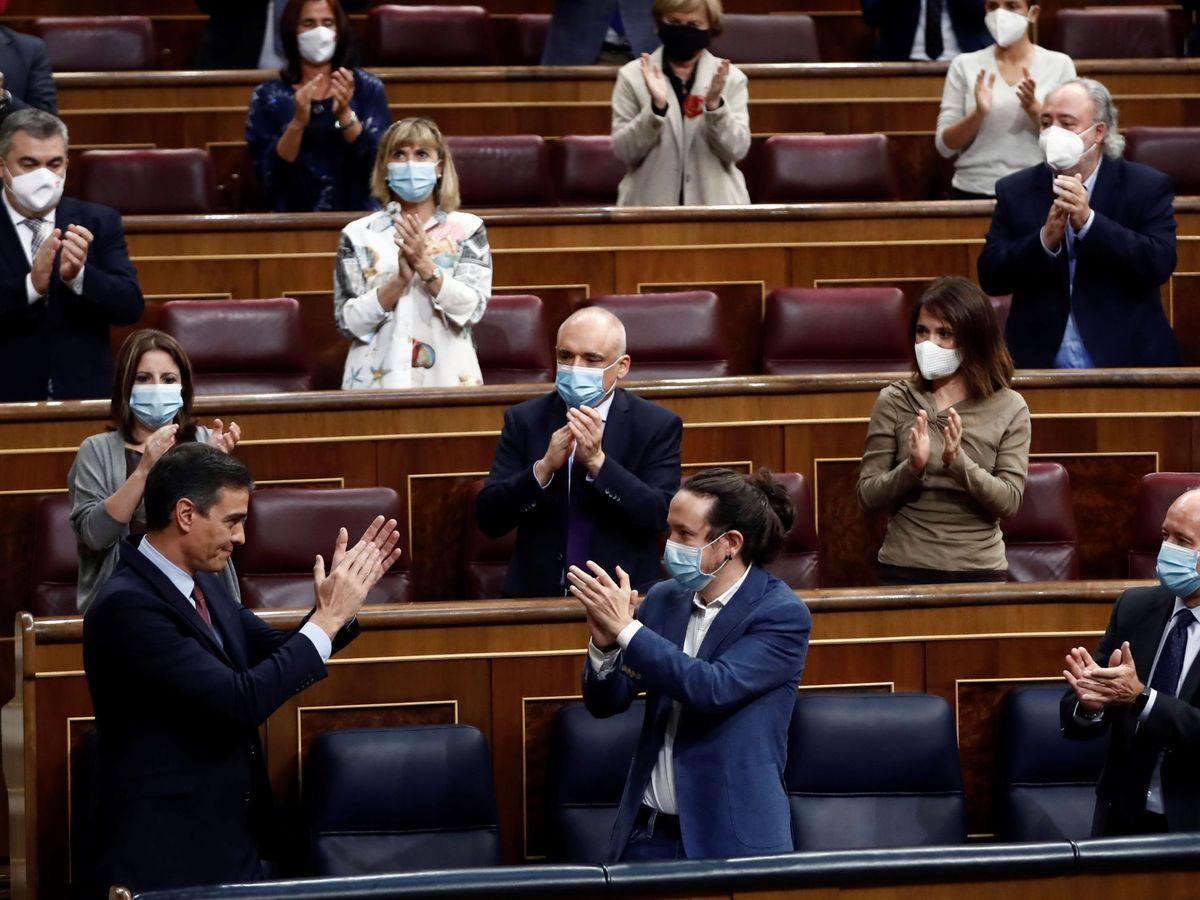 Foto: El presidente del Gobierno, Pedro Sánchez, es aplaudido por el vicepresidente segundo, Pablo Iglesias (d), y sus compañeros de partido tras su intervención en la moción de censura de Vox. (EFE)