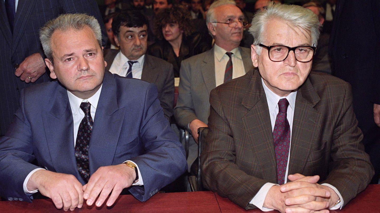 El presidente serbio Slobodan Milosevic (izq.) junto a Dobrica Cosic, primer presidente de la República Federal de Yugoslavia (derecha)