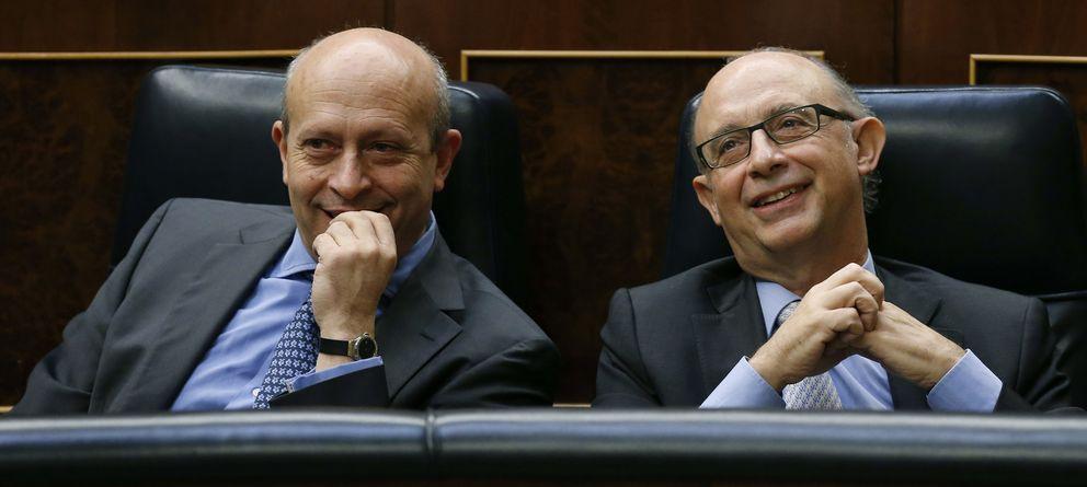 Foto: Los ministros Wert y Montoro, en el Congreso. (Efe)