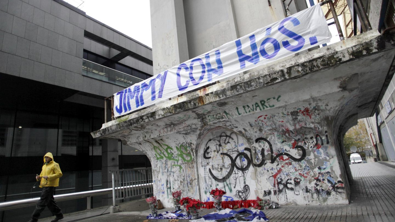 Pancarta en homenaje a Jimmy en Coruña. (EFE)