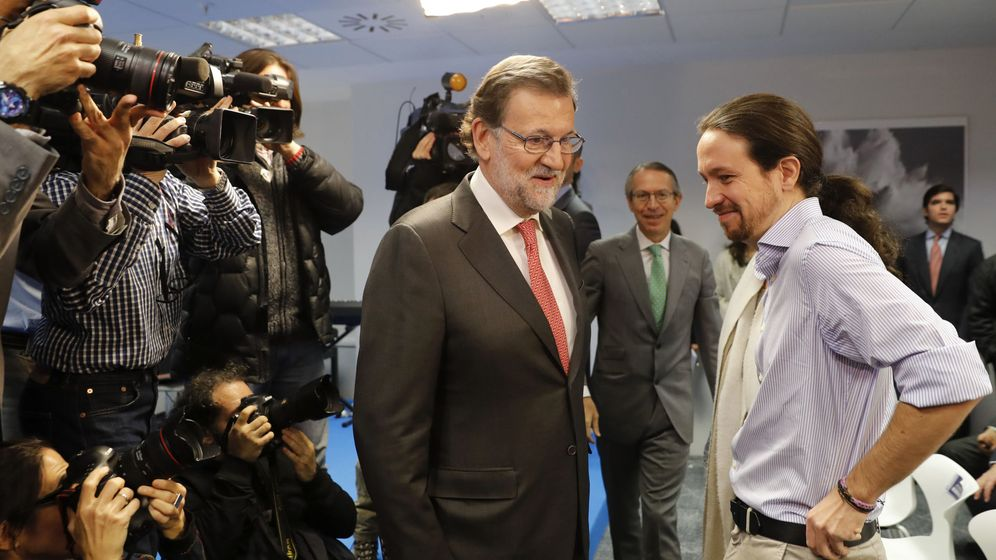 Foto: El presidente del Gobierno en funciones, Mariano Rajoy (i), conversa con el líder de Podemos, Pablo Iglesias. (EFE)