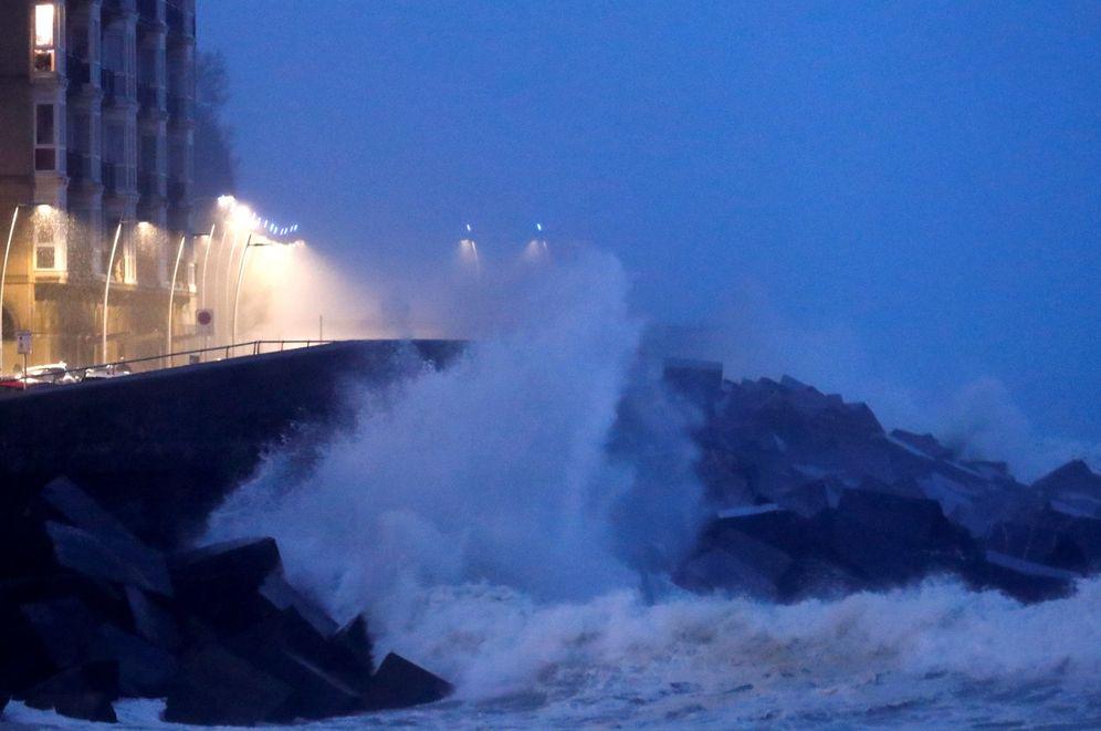 Foto: Una ola rompe contra el Paseo Nuevo de San Sebastián. (EFE)