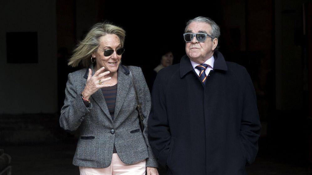 Foto: José María Corbín, con Mari Carmen García Fuster, la tesorera del PP y mano derecha de Rita Barberá. (EFE)