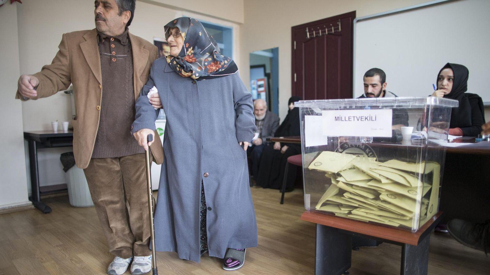 Foto: Un ciudadano turco acude con su madre a votar en Estambul, 1 de noviembre de 2015 (EFE)