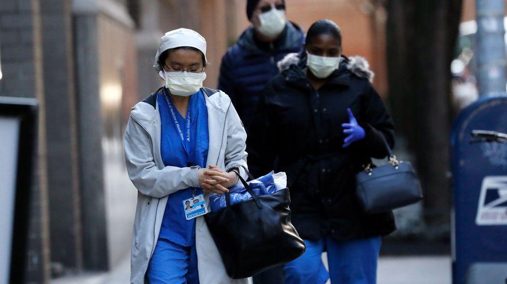 Foto: Imagen de archivo de varios sanitarios neoyorquinos. (EFE)