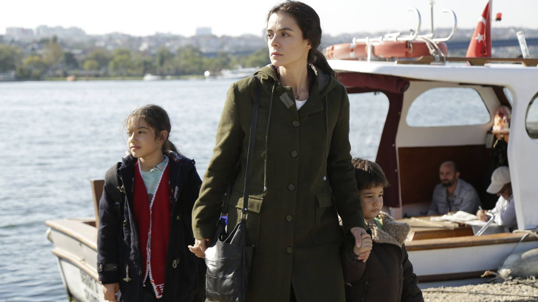 Bahar (Özge Özpirinçci) con sus hijos Nisan y Doruk. (Fox)