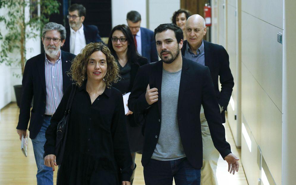 Foto: Meritxell Batet y Alberto Garzón se dirigen hacia la reunión de las comisiones negociadoras de PSOE e Izquierda Unida, este 17 de marzo en el Congreso. (EFE)